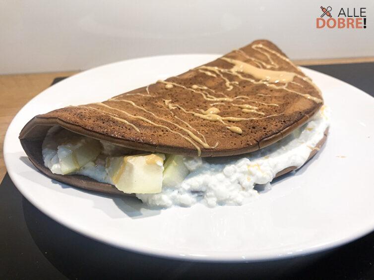 Kakaowy omlet z twarożkiem i owocami