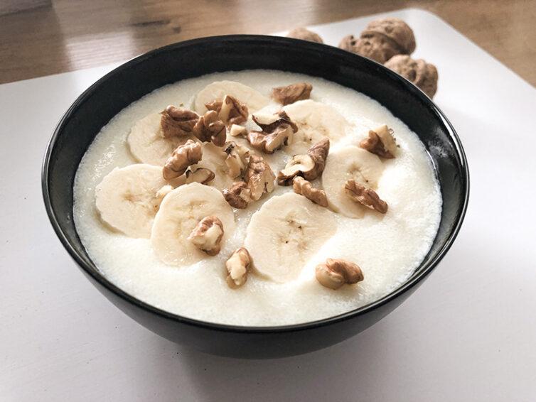 Kasza manna z bananem i orzechami