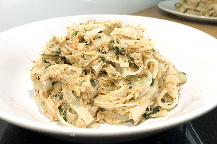 Makaron ryżowy z łososiem i szpinakiem